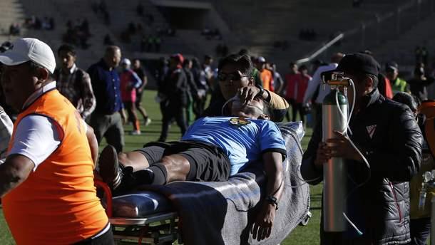 В Боливии футбольный арбитр умер во время матча: трагическое видео