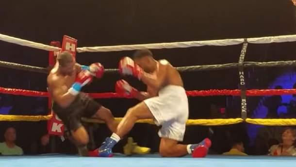 В США боксеры одновременно отправили друг друга в нокдаун: курьезное видео