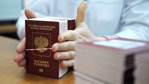 """Афера з паспортами Росії: жителів """"ЛДНР"""" ошукали на мільйони рублів"""