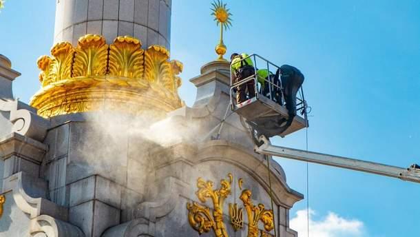 На Майдане чистят стелу Независимости: впечатляющие фото и видео