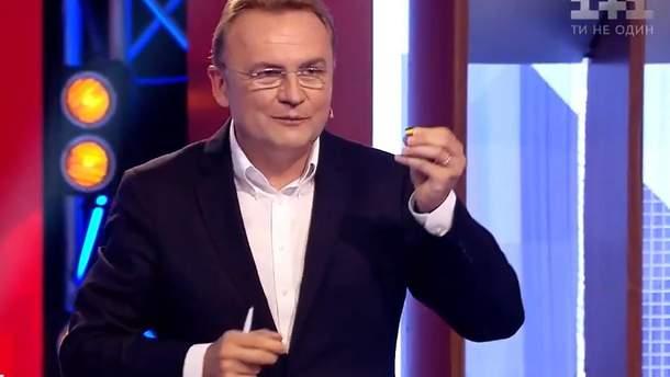 Садовый подарил Богдану значок в виде флага Украины