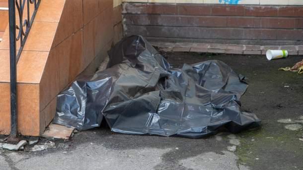 В Киеве под кинотеатром нашли мертвого мужчину