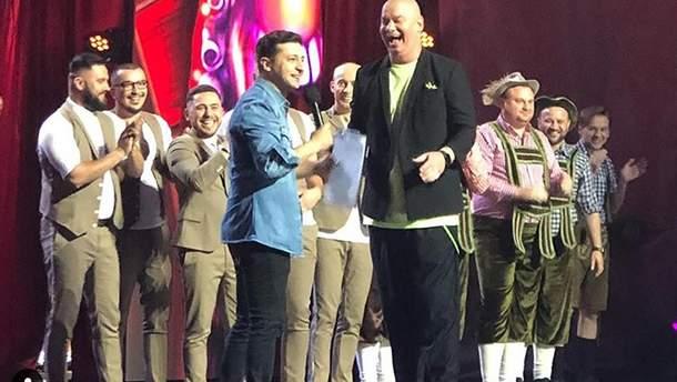 Президент Украины Владимир Зеленский принял участие всъемках юмористического шоу «Лига смеха»