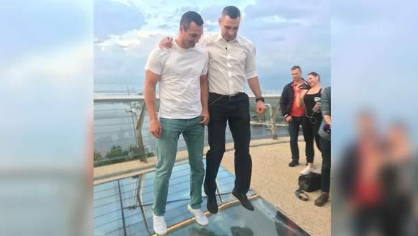 Братья Кличко 25 мая на открытии попрыгали на стеклянной вставке моста