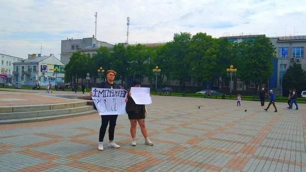 Неповнолітня учасниця протесту проти Зеленського у Рівному звинуватила президента у брехні