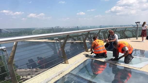 """На """"мосту Кличка"""" в Києві замінили тріснуті скляні поверхні"""