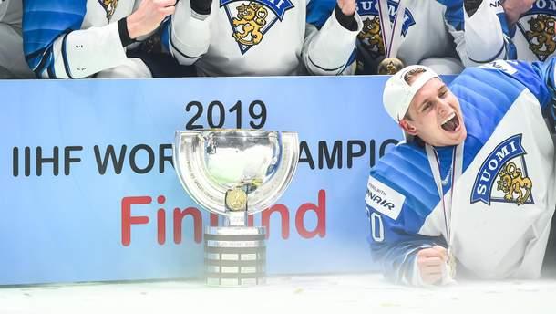Сборная Финляндии с кубком победителей чемпионата мира по хоккею