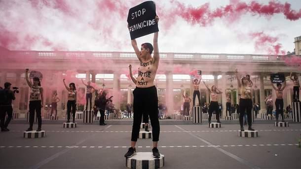 Femen во главе с украинкой устроили акцию протеста возле Лувра