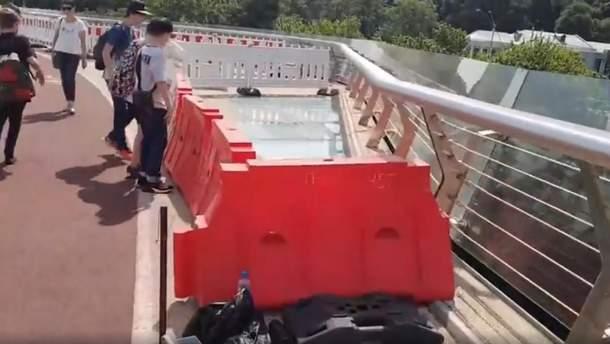 Стеклянные вставки на мосту Кличко загородили строительным забором