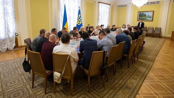 Зеленский встретился с родными пленных в РФ украинцев