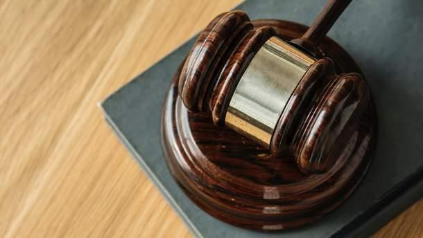 Судья, обвиняемый в получении крупной взятки, до сих пор работает