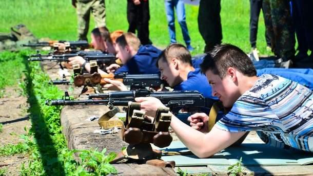 """В """"ДНР/ЛНР"""" детей учат стрелять из автоматов в рамках проекта """"Яркое детство"""""""