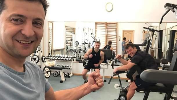 Зеленский тренируется в спортзале АП