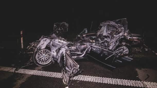 Під Києвом BMW зі швидкістю 210 кілометрів влетіла під фуру