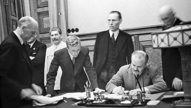"""Сторони підписують """"пакт Молотова-Ріббентропа"""""""
