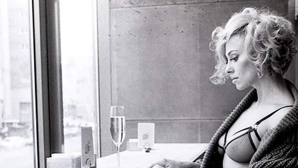 DJ Nana в сексуальном образе Мэрилин Монро
