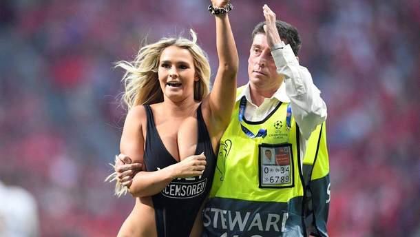 1843d49cd815b Во время финала Лиги чемпионов на поле выбежала девушка в купальнике ...