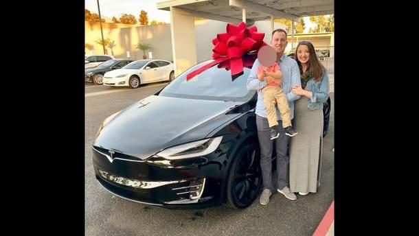 Tesla придавила беременную женщину