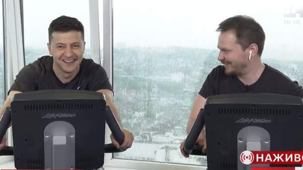 Зеленський дав інтерв'ю на тренажері