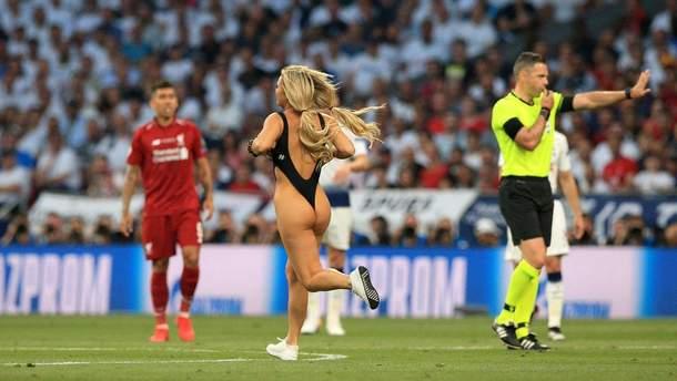 УЄФА оштрафувала оголену модель, яка вибігла на поле у фіналі Ліги чемпіонів
