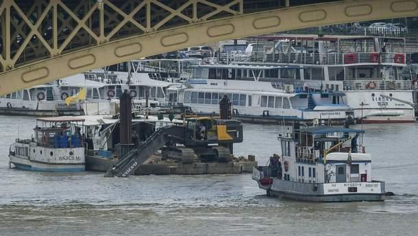 Спасатели готовятся к подъему катера со дна реки