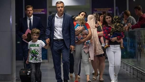 В Украину самолетом президента вернулись 10 детей, мать которых хотела вывезти их в Абхазию