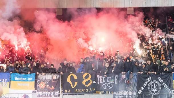 Футбольные фанаты воюют на Донбассе