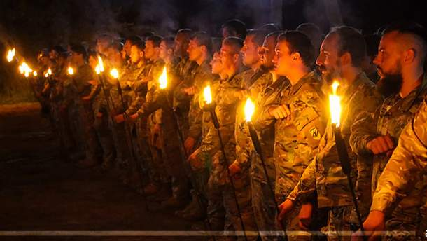 """На Донбасі військові попрощалися з двома загиблими бійцями полку """"Азов"""""""