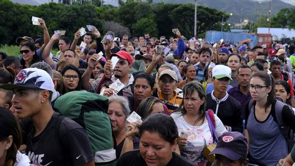 Венесуельці у черзі на перетині кордону з Колумбією