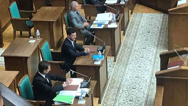 Зеленский пришел на заседание Конституционного суда относительно роспуска Рады
