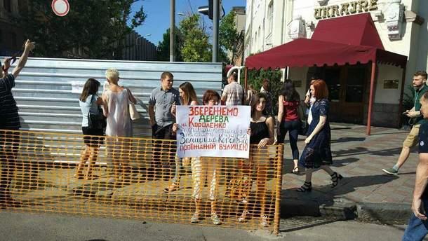 В Днепре экологические активисты блокируют снос деревьев