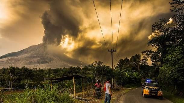 Стародавній вулкан прокинувся в Індонезії