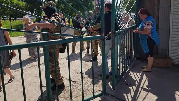 Российские силовики окружили рынок в Симферополе