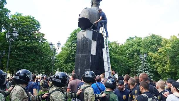 У справі про знесення бюста Жукову поліція влаштувала обшуки в харківських активістів