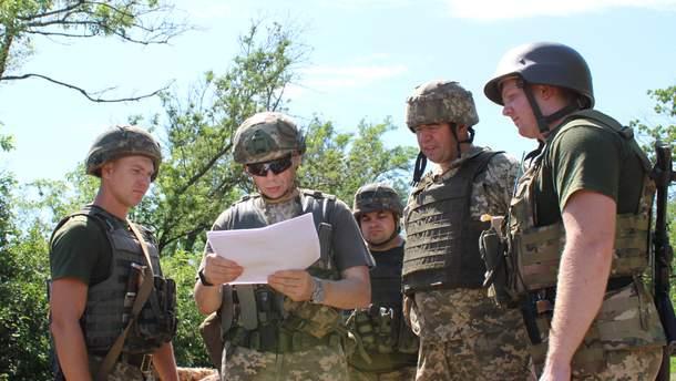 Олександр Сирський під час перевірки служби на бойових позиціях поблизу Мар'їнки