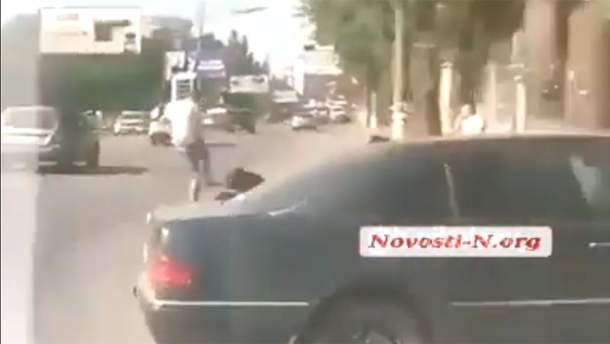 В Николаеве водитель остановил драку на дороге, сбив одного из участников: видео