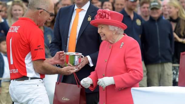 У святковому рожевому та хорошому гуморі: Єлизавета ІІ відвідала фінал кубка поло