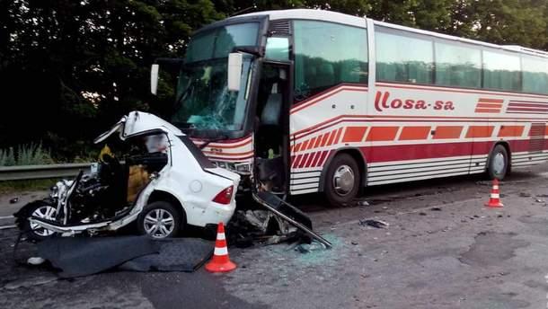 Легковушка влетела в рейсовый автобус на Харьковщине