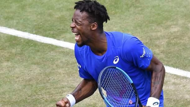 Французскому теннисисту Монфису удался удивительный удар на травяном турнире: видео