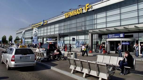 """Вход в терминал F аэропорта """"Борисполь"""" блокировали пассажиры самолета компании YanAir"""
