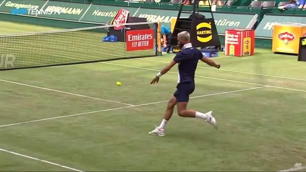 Известные французы сыграли в теннис ногами прямо во время матча: смешное видео