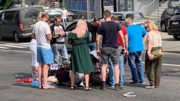 Авария в Киеве: водитель сбил женщину с ребенком
