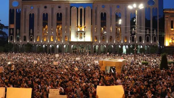Около здания грузинского парламента возобновилась акция протеста