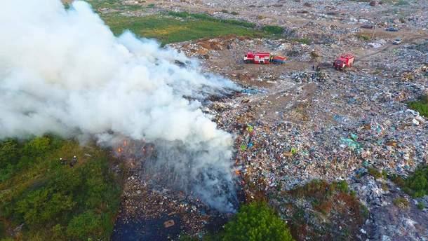 У Рівненській області горить сміттєзвалище