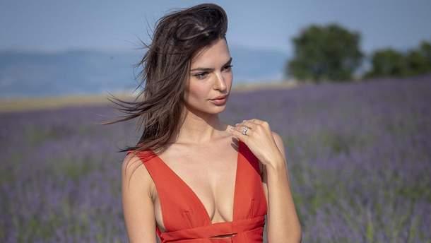 Емілі Ратажковскі пройшлася подіумом на лавандовому полі у сексуальній міні-сукні
