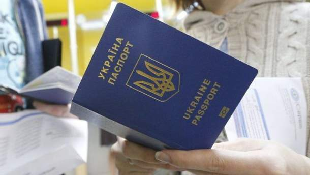 Кримчани масово їдуть у Херсон оформлювати українські закордонні паспорти