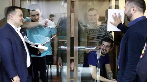 Полонені українські моряки на одному з судових засідань у Москві