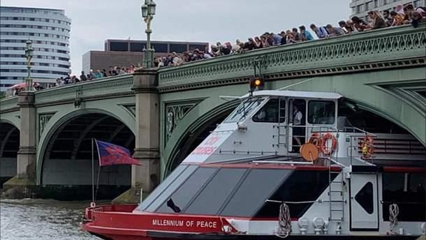 Яким чином катер планував пройти під мостом – наразі невідомо