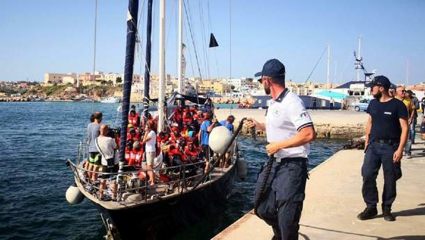 """Спасательное судно """"Alex"""" в порту Лампедузы"""
