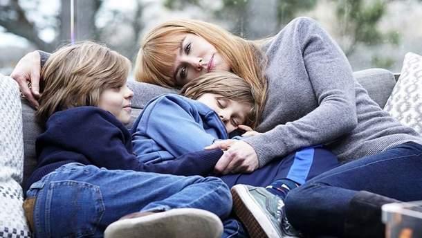 """Кадр из фильма """"Большая маленькая бюрехня"""" Николь Кидман со сценическими детьми"""